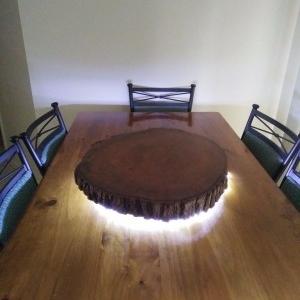 حلقه چوب چرخان روی میز